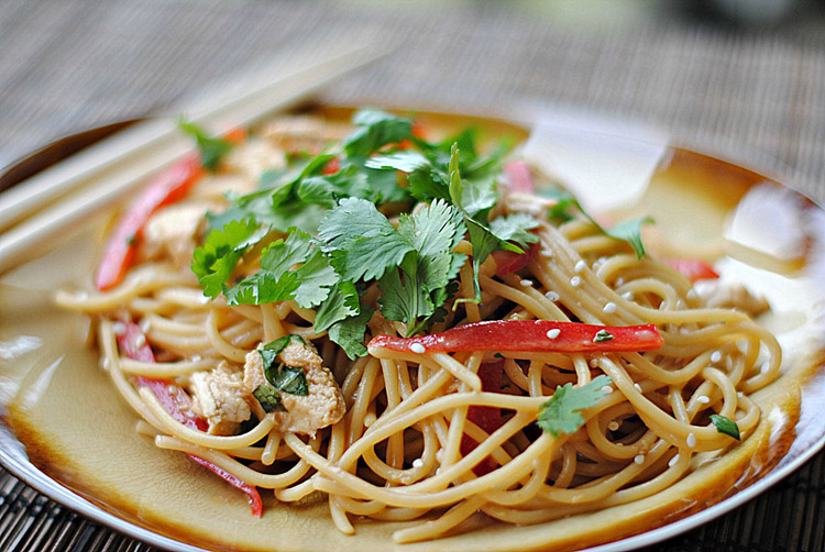 Eat Yourself Skinny » Thai Peanut Noodles with Chicken