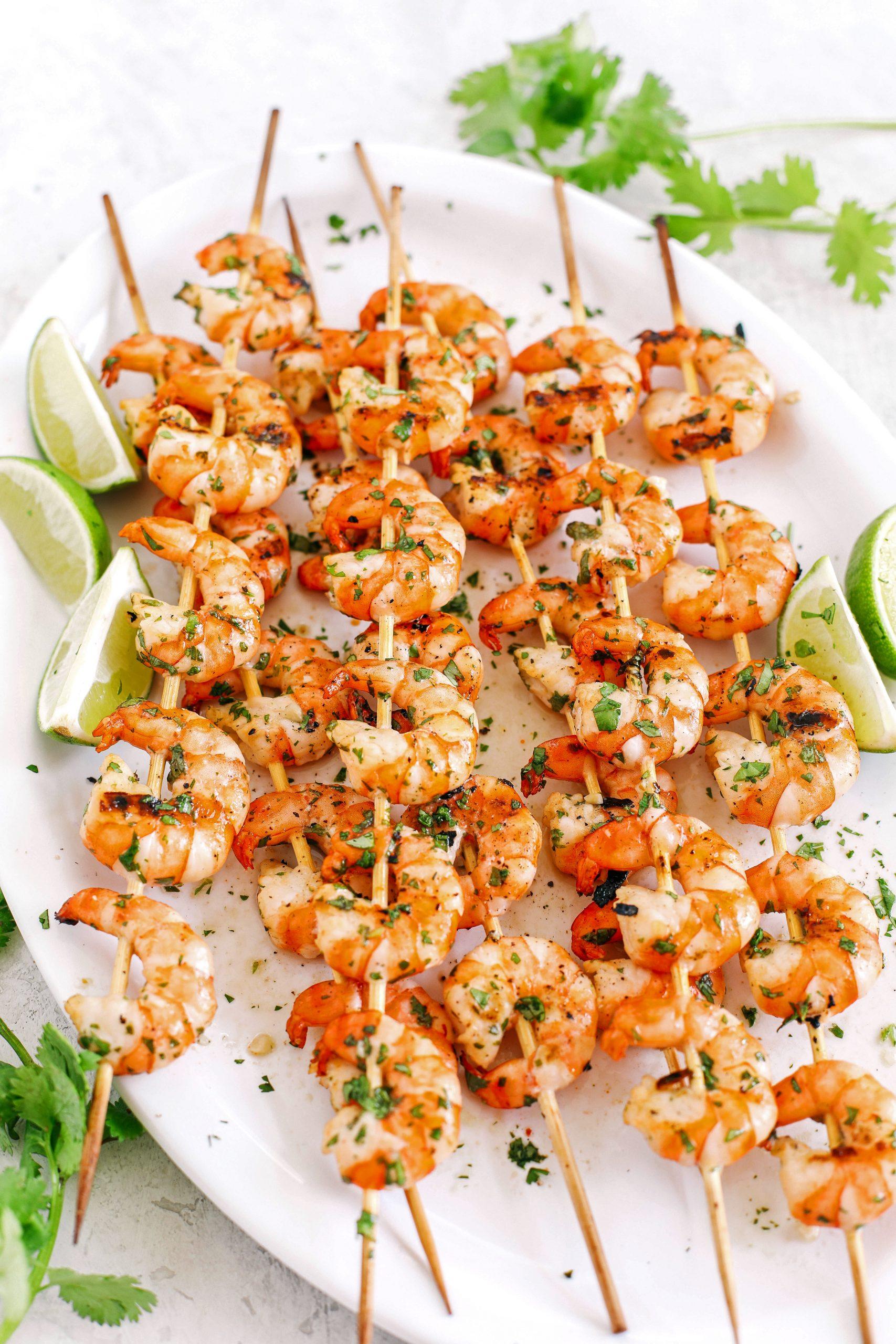 Estes espetos de camarão Margarita fazem a refeição de verão perfeita, leve, saudável e marinada em alho, suco de limão fresco, coentro e, claro, tequila!