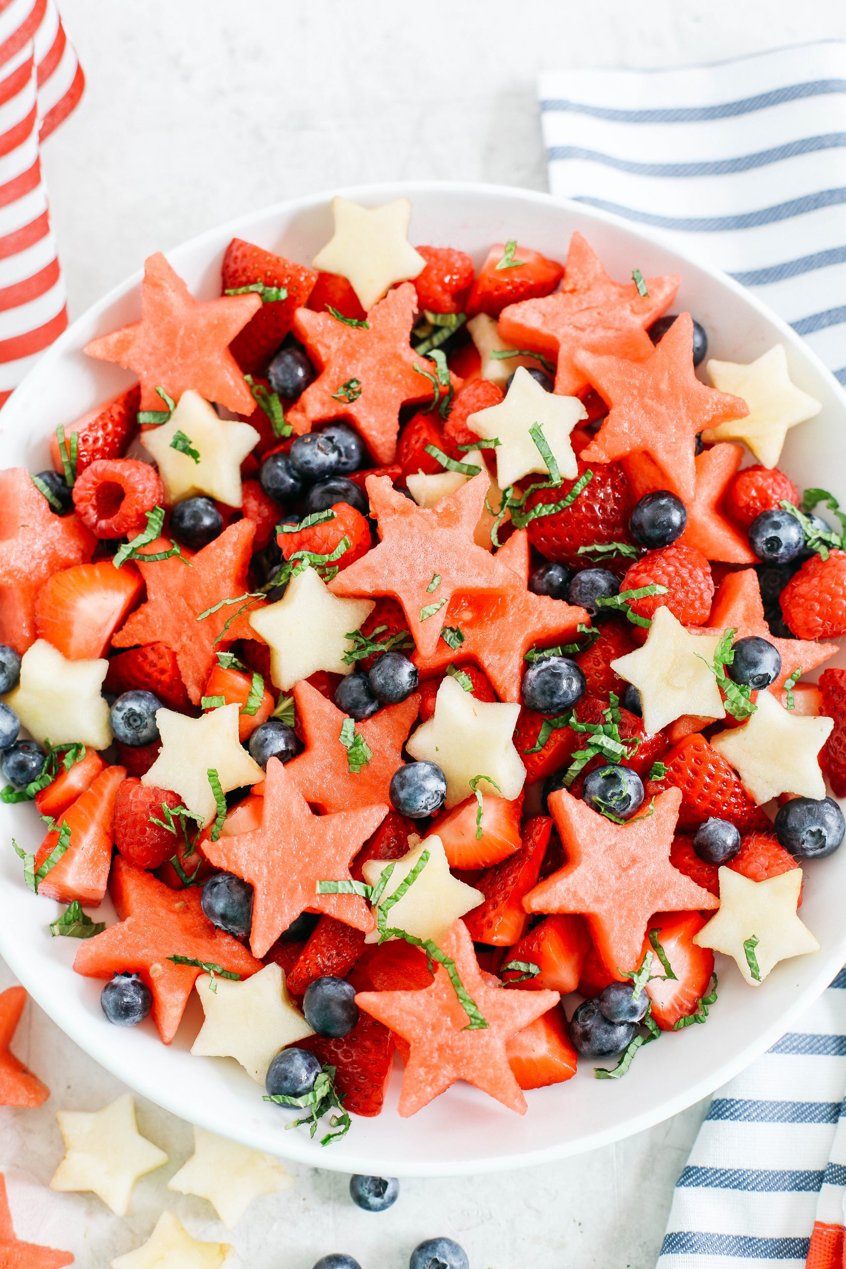 Comece no final de semana do dia 4 de julho com esta salada de frutas vermelha, branca e mirtilo, fresca e festiva, com melancia suculenta, maçãs crocantes e frutas deliciosas, todos juntos em um molho cítrico com mel!