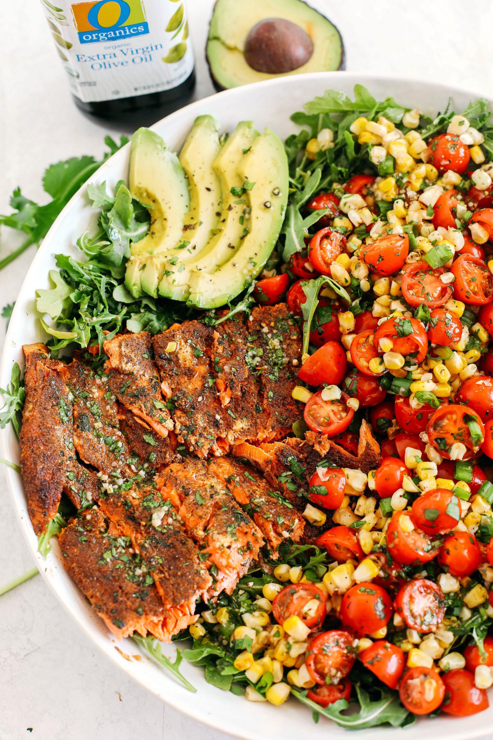 Salmão frito com pimentão com milho grelhado, tomate fresco e abacate fatiado, todos misturados com um molho de coentro e limão, fazem a salada de verão perfeita!