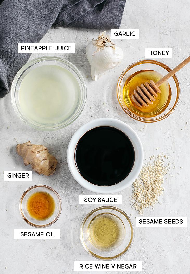 Pule as compras na loja e faça este molho Teriyaki EASY Saudável, que é pegajoso, doce e feito em apenas 5 minutos, usando ingredientes frescos e simples!
